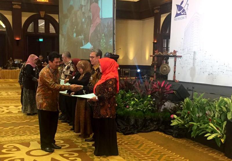 Penghargaan Peringkat II di Kalangan Akademi